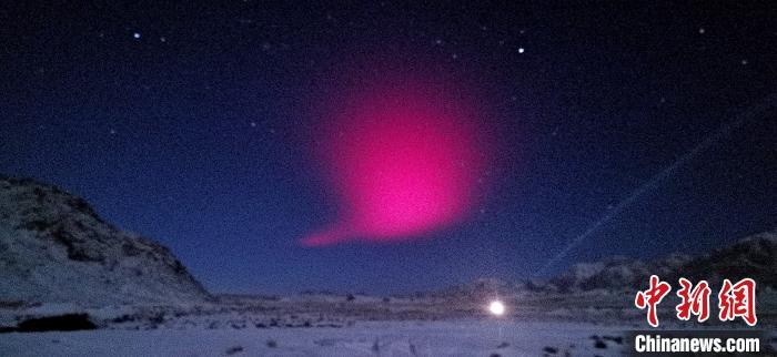 图为在空旷雪地里拍摄到的红色奇光。 乌席勒 摄