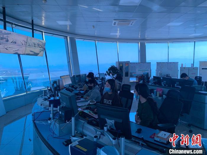 图为民航青海空管分局塔台室内,管制员正在专心工作。 李雨浓 摄