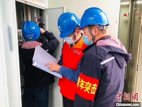 图为国网青海检修公司检修人员在日月山750千伏变电站实施技术改造。国网青海检修公司供图