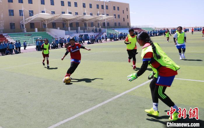 青海湖畔的校园女子足球队:最想成为中国女足后备军