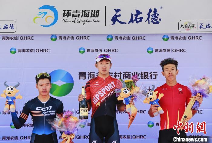 图为iGPSPORT-瑞豹车队王强(中)四川瑞豹车队李鹏程(右)CCN车队高良(左)获本赛段前三名。 马铭言 摄