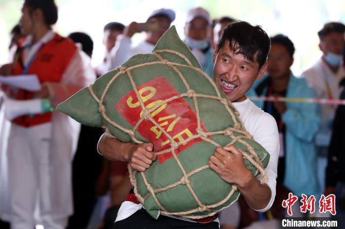 """青海民运会:""""草根""""大力士挑战150公斤沙袋"""