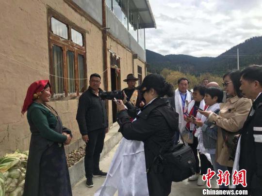 69名海外华媒代表走进四川阿坝州:这里的发展让人惊讶