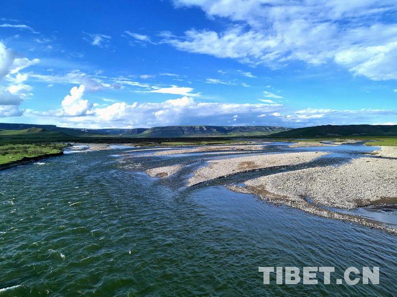 天峻县位于海西蒙古族藏族自治州东北部,因境内西南部的天峻山而得名.