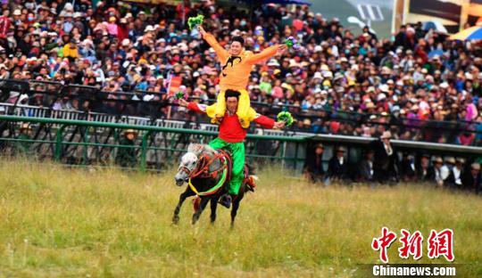 甘肃藏区玛曲举行格萨尔赛马节延续千年藏族传统文化