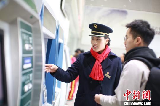 """""""95后""""藏族铁路客运员的一天"""