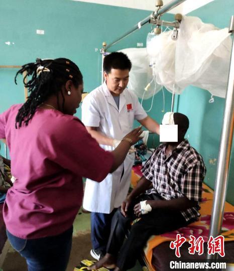 图为青海省第十九批援布隆迪医疗队队员韩文林(中)开展诊疗。(资料图)青海省第五人民医院 供图