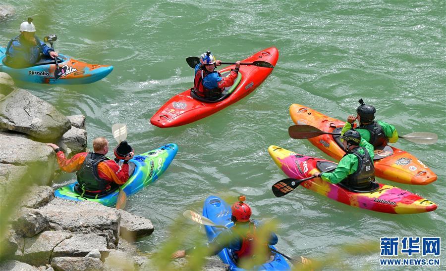 (体育·图文互动)(2)漂流在世界屋脊——2019国际爱斯基摩独木舟专业漂流活动在西藏举行(配本社同题文字稿)