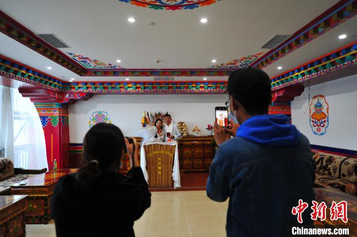 """西藏拉萨""""520""""迎来登记结婚热"""
