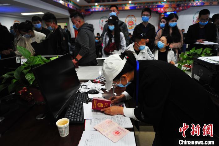 图为拉萨市城关区民政局婚姻登记处工作人员正在为市民办理婚姻登记手续。 张伟 摄