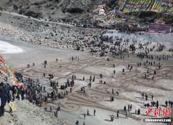 """青海藏族民众""""沙为墨冰为纸"""" 通天河上绘祝福"""
