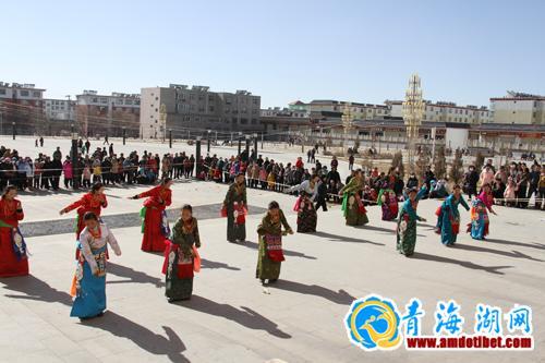 尕寺村文艺队表演藏族舞蹈