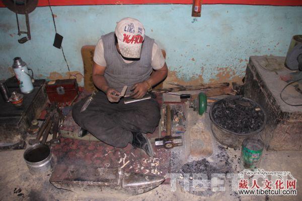 非物质文化遗产代表性传承人次旦旺加 摄影:罗布  次旦旺加家庭手工作坊一角,他的三儿子次旦扎西正在制作藏刀。 摄影:秋铃  次旦旺加向记者们展示自己获得的各种奖励 摄影:罗布   他是日喀则拉孜县孜龙村柳乡的一位普通农民,是家族手工藏刀作坊的第四代传人,他还是国家非物质文化遗产代表性传承人这就是次旦旺加,一个有着3子1女,12口人幸福之家的藏族老伯。   藏刀是西藏众多工艺品中最具代表性的一种,具有生产、生活、自卫、装饰四种效用。拉孜藏刀分为拉孜镇藏刀和孜龙藏刀。10月7日,中国西藏网感知民生