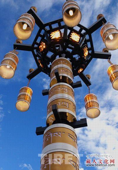 中国 运用/景观灯运用藏式吉祥八宝图为底座点缀,灯柱上装饰有藏语扎西...