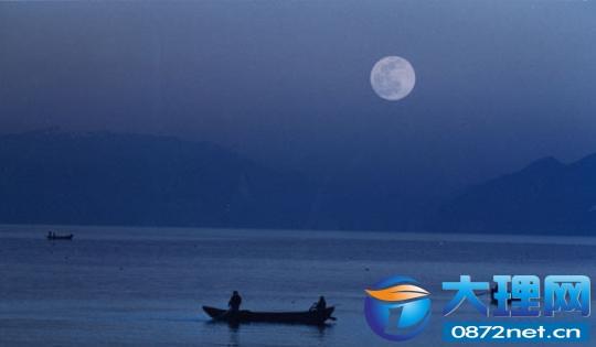 在中秋节之夜泛舟洱海,是很多游人的梦想.