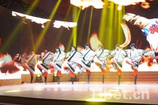 四川甘孜2015木羊新春群众文艺汇演中康巴汉子的舞蹈刚劲有力-中国