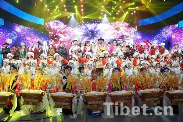四川甘孜2015木羊新春群众文艺汇演大家欢欢喜喜合个影-中国藏族网