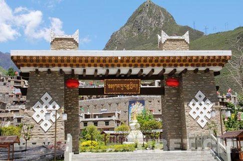 甘堡藏寨新修建的大門